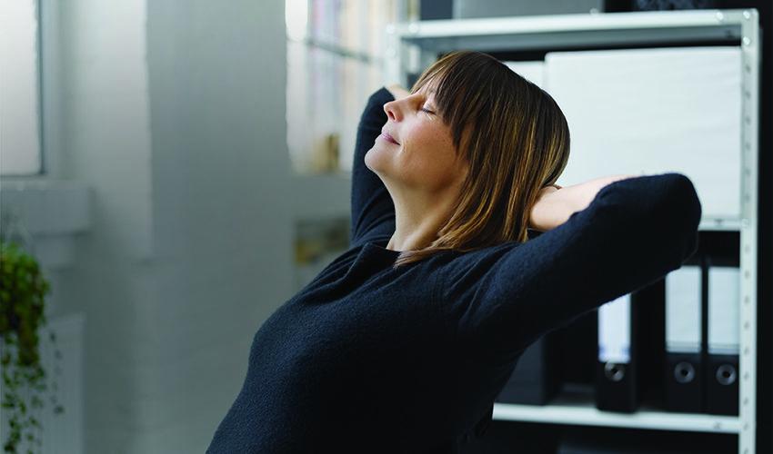 Frau Im Büro Macht Eine Pause Und Lehnt Sich Entspannt Zurück